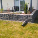 Natursteinmauer als Terrassenbegrenzung